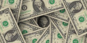 渦巻状に積み重ねられた外国紙幣