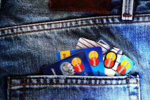 ジーンズのポケットに入ったクレジットカード