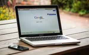 グーグルの検索ページが表示されたノートパソコン