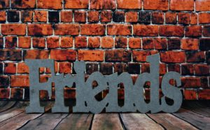 Friendsの文字とレンガの背景