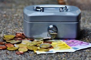 小さな金庫とお札とコイン