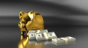 札束4束と金色のブタの貯金箱